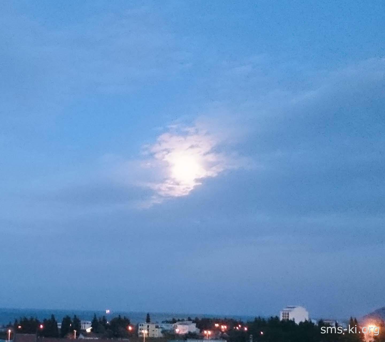 Обои - Луна в облаке над городом